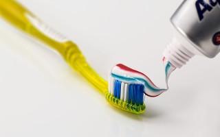 Неприятный запах изо рта ребенка: возможные причины и лечение